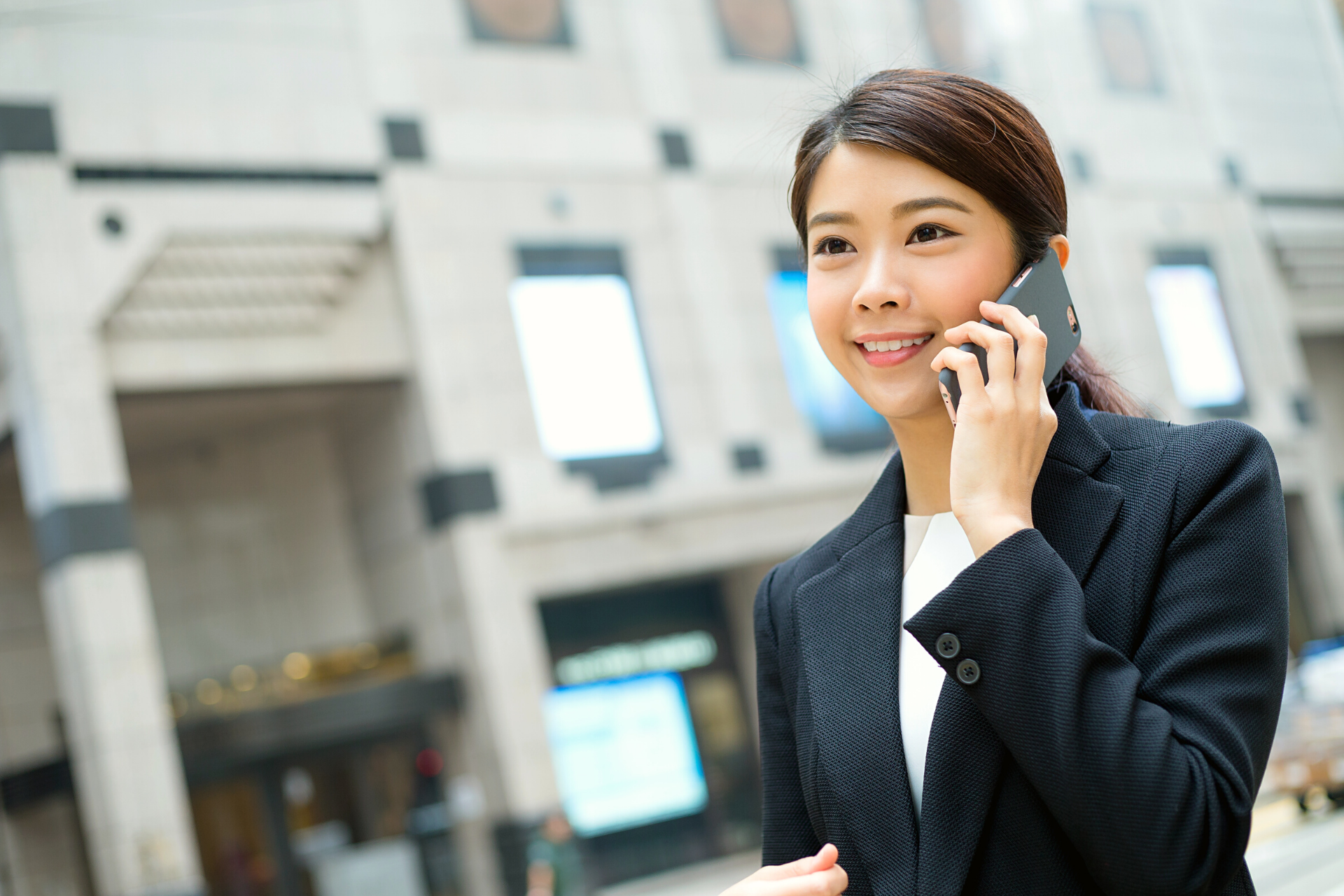 woman-uses-smartphone-choose-best-translation-company-for-you